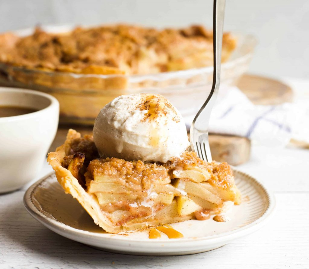 apple crumble pie with gelato